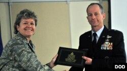 史迪威2014年1月从国防部语言学院副院长手中接过文凭(美国国防部照片)