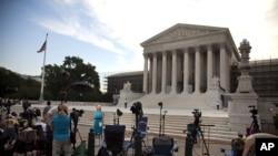 記者星期一在位於華盛頓的美國最高法院外等待法官對案件的裁決