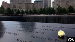 """在911纽约灾难事发地""""归零地"""",亲友为遇难者鲜花追思。(美国之音记者方方拍摄)"""