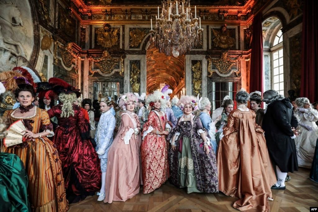 """Люди, одетые в костюмы периода, принимают участие в """"праздниках Galantes"""" маскарадный вечер на """"galerie des glaces"""" в Шато де Версаль, Франция, 27 мая 2019 года."""