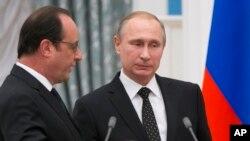 Arhiva - Ruski predsednik Vladimir Putin (desno) sluša francuskog predsednika Fransoa Olanda nakon završetka konferencije za novinare u Moskrvi, Rusija, 26. novembra 2015. Usled gorkog razdora zbog Sirije, Putin je odlagao posetu Francuskoj dok je Oland još bio na funkciji.