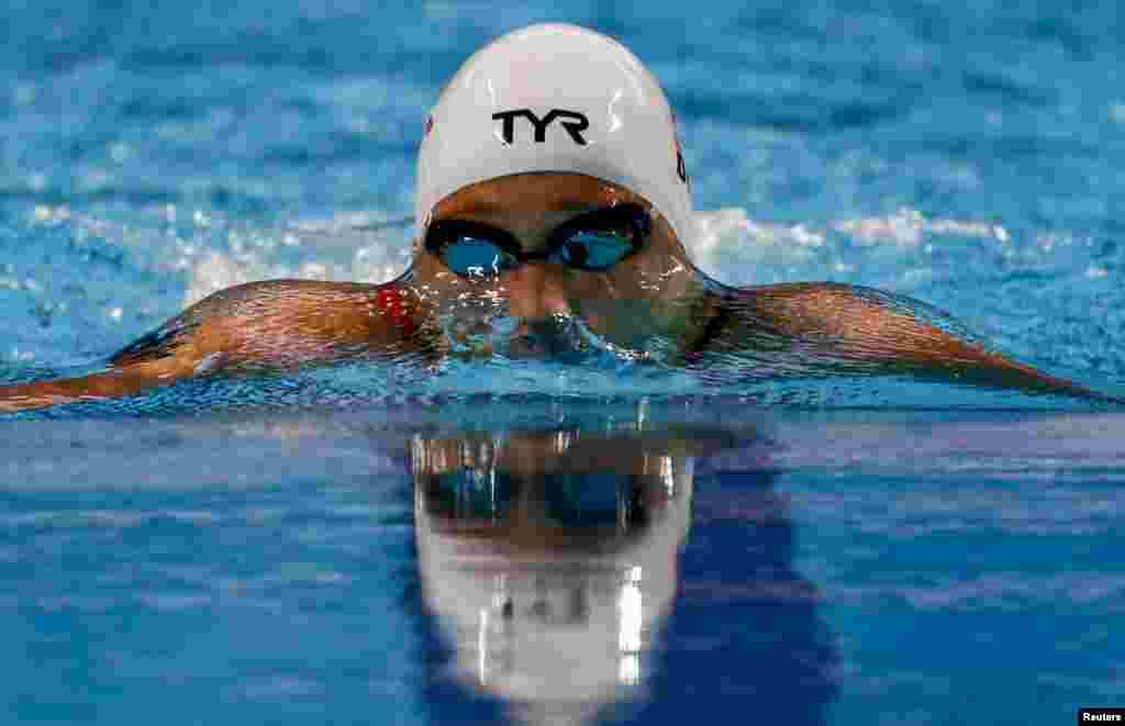 روس میں ایکویٹکس ورلڈ چیمپیئن شپ کے خواتین کی تیراکی کے مقابلے میں ایک کھلاڑی سبقت لے جانے کی کوشش کر رہی ہے۔