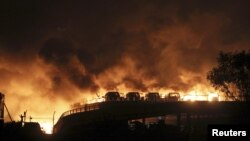 13일 중국 톈진의 산업단지에서 대형 폭발 사고가 발생생한 가운데 주변 차량이 불에 타고 있다.