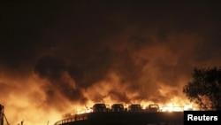 天津發生大爆炸後,多部車輛起火燃燒