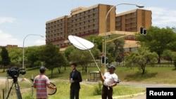 نیلسن منڈیلا کے اسپتال کے باہر ایک ٹی چینل کی ٹیم پروگرام ریکارڈ کررہی ہے۔ 9 دسمبر 2012