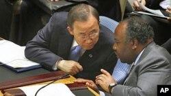 Le Secrétaire général de l'ONU Ban Ki-moon, à gauche, et le président du Gabon Ali Bongo Ondimba se concertent lors d'une réunion du Conseil de sécurité au siège des Nations Unies à New York, le 7 juin 2011.