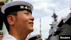 Lực lượng Phòng vệ Nhật Bản trên chiến hạm Izumo ở Yokohama.
