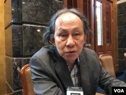 លោក Kavi Chongkittavorn សមាជិកជាន់ខ្ពស់ វិទ្យាស្ថានសន្តិសុខ និងការសិក្សាអន្តរជាតិ នៃសាកលវិទ្យាល័យជូឡាឡុងកន ប្រទេសថៃ ផ្តល់បទសម្ភាសន៍ដល់ VOA ក្នុងសិក្ខាសាលាមួយឯទីក្រុងបាងកក ប្រទេសថៃ កាលពីថ្ងៃទី២៥ ខែមេសា ឆ្នាំ២០១៩។ (កាន់ វិច្ឆិកា/VOA)