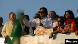 Imran Khan (tengah), pimpinan partai Tehreek-e-Insaf memberikan sambutan di depan pendukungnya dalam unjuk rasa menentang pemerintah di Islamabad 27/8/2014.