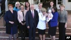 말콤 턴불 호주 신임 총리(가운데)가 20일 새 정부 내각의 여성 관료들과 기념사진을 촬영하고 있니다.