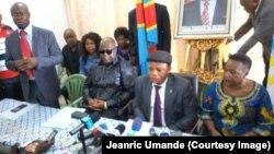 Jean-Marc Kabund, secrétaire général du parti, au centre, entouré de Felix Tshisekedi, président du Rassemblement, à gauche, et d'autres membres du parti, lors d'un point de presse à Kinshasa, RDC, 22 avril 2017.