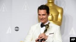 "Matthew McConaughey memegang piala Oscar yang diraihnya untuk aktingnya dalam ""Dallas Buyers Club"" . (Foto: Dok)"