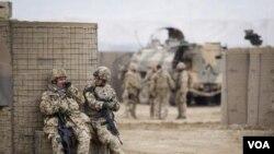 Tentara gabungan NATO di depan markas mereka dekat kota Baglan (4/12).