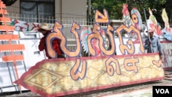The banner reads Happy (Khmer) New Year. The celebration starts April 14 to 16 in Phnom Penh, Cambodia, March 31, 2017. (Hean Socheata/VOA Khmer)
