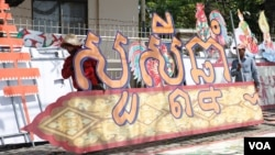 In this file photo taken on March 31, 2017, workers installed a banner of Khmer New Year, in Phnom Penh. (Hean Socheata/VOA Khmer)