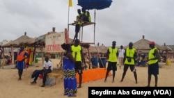 Moustapha Diene et les sauveteurs, à Dakar, le 5 août 2018. (VOA/Seydina Aba Gueye)