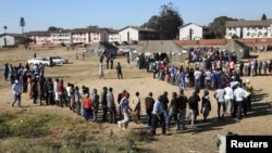 Voters queue to cast their ballots in the general elections in Harare, Zimbabwe, July 30, 2018.