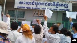 More than 100 people Boeung Kak lake residents showed up in front of the Phnom Penh Municipal Court to demonstrate, file photo.