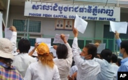 More than 100 people Boeung Kak lake residents showed up in front of the Phnom Penh Municipal Court to demonstrate.
