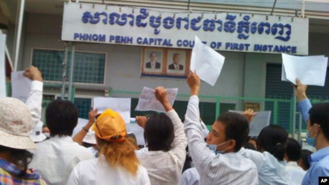 More than 100 people Boeung Kak lake residents demonstrate in front of the Phnom Penh Municipal Court.