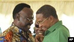 Mgombea wa chama cha CUF Profesa Ibrahim Lipumba akimpongeza rais Jakaya KIkwete alipotangazwa mshindi wa uchaguzi wa Oktoba 31 2010.