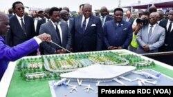 Président Joseph Kabila (3e G) na Ministre wa yambo Bruno Tshibala (2e G) elongo bakambi misusu na botiami ya libanga mpo koabanda botongi ya aérogare ya sika ba N'Djili, Kinshasa, 2 mai 2018. (Présidence ya RDC)