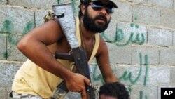 کاربهدهسـتانی کاتی لیبیا بڕوا دهکهن قهزافی خۆی له نزیـک سـنووری جهزائیردا شـاردبێتهوه