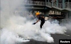 Yuen Lonqda nümayişçilərlə polis arasında qarşıdurma
