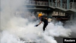 Policija se sukobila sa demonstrantima tokom zabranjenog marša blizu granice sa Kinom.
