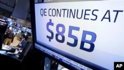 Una pantalla anuncia en Wall Street la decisión de la FED de seguir comprando bonos del Tesoro de EE.UU.
