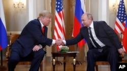 Le président américain Donald Trump et le président russe Vladimir Poutine se serrent la main au palais présidentiel à Helsinki, en Finlande, le lundi 16 juillet 2018.