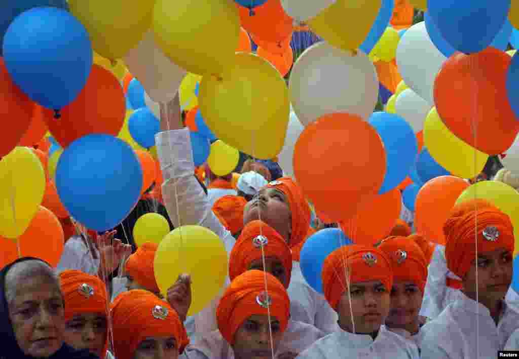 Hindistan - Quru Nanak Devin anadan olmasının 550-ci ildönümü şənlikləri