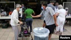 Ljudi čekaju u redu ispred bolnice u Majamiju, na Floridi (Foto: Rojters/Marco Bello)
