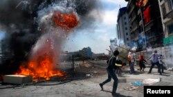 Algunos manifestantes se enfrentaron a la policía utilizando piedras y bombas molotov.