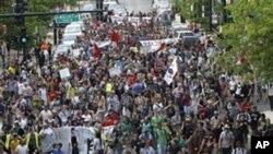 佔領芝加哥的示威者星期六從蒙特羅斯大道游行到芝加哥市長拉姆安莫內爾的住所。