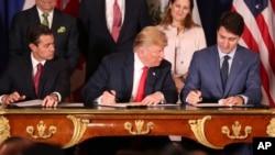 Президент Мексики Энрике Пенья Ньето, президент США Дональд Трамп и канадский премьер Джастин Трюдо подписывают соглашение в Буэнос-Айресе, 30 ноября 2018 года