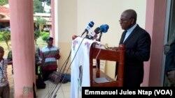 Le Secrétaire général de la conférence épiscopale nationale du Cameroun donne lecture de la déclaration des évêques qui précise que l'évêque Jean Marie Bala a été assassiné, le 14 juin 2017 à Yaoundé. (VOA/Emmanuel Jules Ntap)