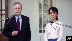 امریکی سینیٹر مچ میکو نیل اور آنگ سان سوچی نامہ نگاروں کے سوالات کا جواب دیتے ہوئے