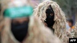Brigade Ezzedine al-Qassam, sayap militer dari kelompok Hamas, dalam parade hari jadi Hamas ke-27 di Jalur Gaza.