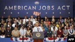 Tổng thống Hoa Kỳ Barack Obama đọc diễn văn tại trường Guilford Technical Community College ở Jamestown, N.C., ngày 18 tháng 10, 2011