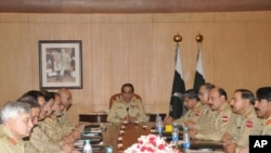 جنرل اشفاق پرویز کیانی اپنے کمانڈروں کے ہمراہ (فائل فوٹو)