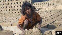 Современное рабство - 9-летняя девочка из беднейшего индийского штата Бихар с утра до поздней ночи семь дней в неделю делает кирпичи. Работорговцы продали ее вместе со всей семьей. Август 2009 года