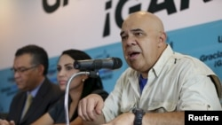 El líder opositor venezolano Jesus Torrealba (derecha) convocó a movilizarse para revocar el mandato del presidente Nicolás Maduro.