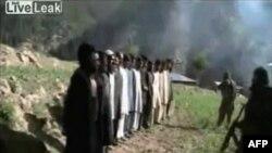 Hình ảnh lấy từ video được phát hành bởi phiến quân Taliban cho thấy cảnh các nhân viên cảnh sát Pakistan đứng xếp hàng tay bị trói sau lưng trước khi bị hành quyết