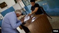 Glasanje na biračkom mestu u Kairu