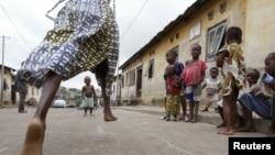 Des enfants jouant dans une rue d'Abidjan, Côte d'Ivoire, 16 juin 2005.
