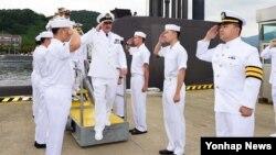 한국을 방문 중인 엔리케 라랴나가 칠레 해군사령관(가운데)이 24일 214급 잠수함인 손원일함을 방문했다.