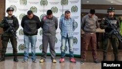 """Polisi Kolombia memperlihatkan kepada media empat orang anggota kelompok terkait pembunuhan reserse narkoba AS, James """"Terry"""" Watson di Bogota, 20 Juni 2013 yang lalu (Foto: dok)."""