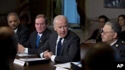 Phó Tổng thống Joe Biden (giữa) họp với các thành viên của toán công tác đặc biệt tại Tòa Bạch Ốc 20/12/12