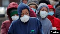 Njerëzit duke pritur në një radhë të gjatë për të marrë ndihma në ushqime në shtetin Masaçusets